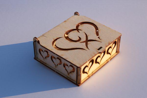 Ajándék doboz szívekkel